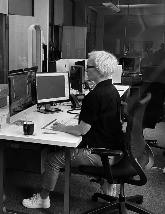 Anna Tewes am Arbeitsplatz
