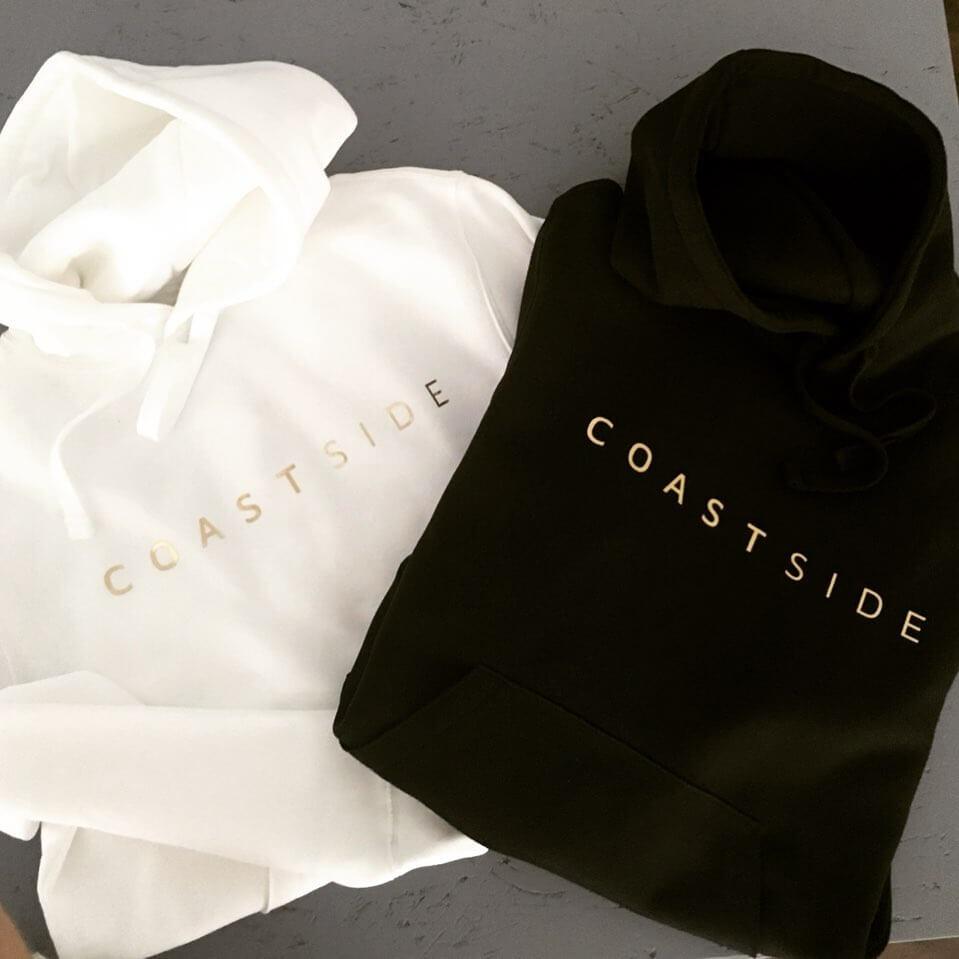 Hoodies von coastside, schwarz und weiß mit Logo vorne