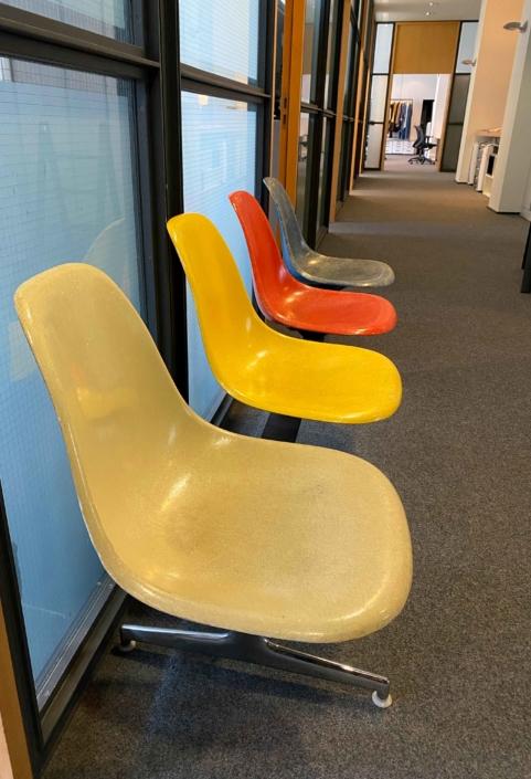 Bunte Stühle im Flur der Agentur