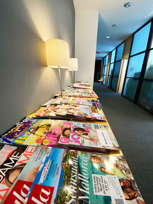 Mittagslektüre, verschiedene Zeitschriften